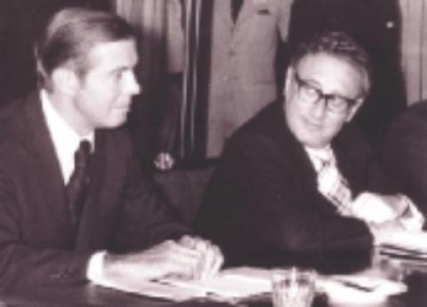 ডেভিড ইউজিন বোস্টার (বায়ে) ও হেনরি কিসিঞ্জার