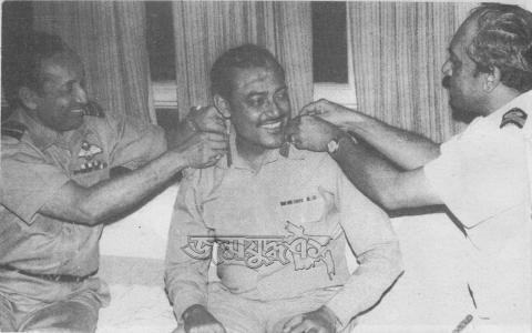 খালেদ মোশাররফকে সেনাপ্রধানের ব্যাজ পড়াচ্ছেন বিমান বাহিনী প্রধান এমএজি তোয়াব (বায়ে) ও নৌবাহিনী প্রধান এমএইচ খান
