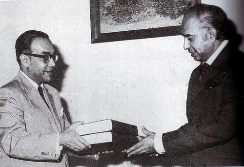 Chief Justice Hamoodur Rahman handing over the HRC Report to Prime Minister Zulfikar Ali Bhutto, c. 1974