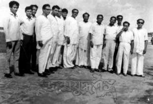 আওয়ামী লীগের নেতাকর্মীদের সঙ্গে, সবার বাঁয়ে তাজউদ্দিন